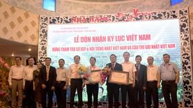 Lãnh đạo Hội Kỷ lục Việt Nam, lãnh đạo tỉnh An Giang, lãnh đạo Tập đoàn Sao Mai, lãnh đạo Công ty CP Cổ phần Du lịch An Giang chụp ảnh lưu niệm.