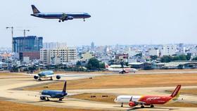 Quá tải hạ tầng sân bay Tân Sơn Nhất, nhưng muốn đầu tư cũng không dễ do vướng nhiều vấn đề.