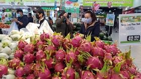 Do ách tắc xuất khẩu, thanh long hiện đang được các siêu thị hỗ trợ tiêu thụ với giá rẻ. Ảnh: VĂN PHÚC