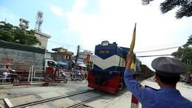 Công nhân viên gác chắn đường sắt đang bị chậm trả tiền trả lương khi Tổng công ty Đường sắt không được giao dự toán ngân sách thực hiện nhiệm vụ quản lý, bảo trì tài sản kết cấu hạ tầng đường sắt. (Ảnh: Huy Hùng/TTXVN)