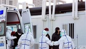Bệnh nhân nhiễm COVID-19 được đưa tới chữa trị tại bệnh viện ở Vũ Hán, tỉnh Hồ Bắc, Trung Quốc. (Ảnh: THX/TTXVN)
