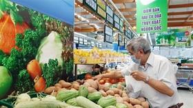 Khách hàng mua rau, củ quả tại một siêu thị ở Thành phố Hồ Chí Minh. (Ảnh: TTXVN)