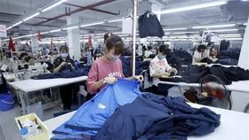 Công nhân sản xuất sản phẩm may mặc tại Công ty cổ phần may và dịch vụ Hưng Long (huyện Mỹ Hào, Hưng Yên). (Ảnh: Phạm Kiên/TTXVN)