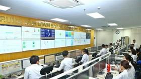 Hoạt động tại Trung tâm Giám sát Hệ thống công nghệ thông tin - Tổng cục Thuế. (Ảnh: Minh Quyết/TTXVN)