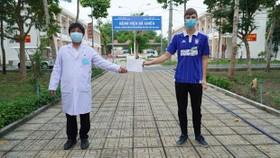 Công bố khỏi bệnh COVID-19 cho một bệnh nhân người nước ngoài. (Ảnh: PV/Vietnam+)