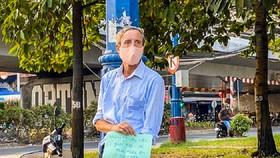 Ông J.D không ngại đứng xin tiền ngoài đường phố và người dân TPHCM dang tay giúp đỡ bằng tất cả sự chân thành.
