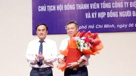 Lãnh đạo EVN trao quyết định và hoa cho ông Bảo (phải) trong lễ nhận chức