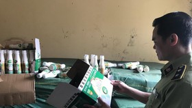 Lực lượng chức năng kiểm tra tang vật sáng 14/5. (Ảnh: Hồng Ninh/TTXVN)