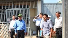Đồng chí Nguyễn Thiện Nhân tìm hiểu việc xây dựng tại xã Vĩnh Lộc A, huyện Bình Chánh. Ảnh: VIỆT DŨNG