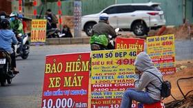 Một điểm bán bảo hiểm bắt buộc trách nhiệm dân sự của chủ xe cơ giới ngay tại lòng đường (Ảnh minh họa: KT)