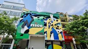 """Karaoke Nnice trên đường Phan Xích Long (Q. Phú Nhuận) """"cửa đóng then cài"""" vào trưa 1-6 - Ảnh: NGỌC HIỂN"""
