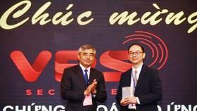 Đại diện Công ty Chứng khoán VPS nhận giải thưởng.