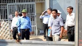 Bí thư Thành ủy TPHCM Nguyễn Thiện Nhân tìm hiểu việc xây dựng tại xã Vĩnh Lộc A, huyện Bình Chánh. Ảnh: VIỆT DŨNG