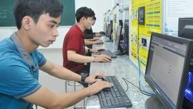 Sinh viên lập trình hệ thống điện tự động hóa tại Khu Công nghệ cao trong Khu đô thị sáng tạo tương tác cao phía Đông TPHCM. Ảnh: CAO THĂNG