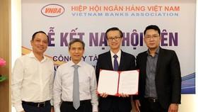 Tổng Thư ký VNBA Nguyễn Toàn Thắng trao quyết định công nhận hội viên chính thức cho FE CREDIT. Ảnh: Minh Hoàng