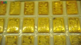 Giá vàng trong nước và thế giới diễn biến ngược chiều
