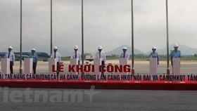 Phó Thủ tướng Chính phủ Trương Hòa Bình nhấn nút khởi công dự án cải tạo nâng cấp đường cất hạ cánh, đường lăn sân bay Nội Bài và Tân Sơn Nhất. (Ảnh: Việt Hùng/Vietnam+)