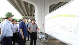 Bí thư Thành ủy Hà Nội Vương Đình Huệ thăm, kiểm tra Công trường Dự án Vành đai 3 đoạn Mai Dịch - cầu Thăng Long, khu vực Công viên Hòa Bình. (Ảnh: Văn Điệp/TTXVN)