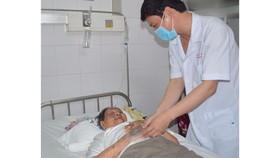 Các bác sĩ chăm sóc bà cụ 94 tuổi sau khi phẫu thuật thành công