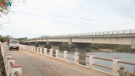 Cầu cũ xuống cấp trong khi cầu An Mô mới xây dựng 10 năm vẫn chưa hoàn thành