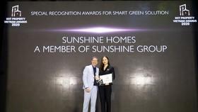 """Bà Đỗ Hồng Nhung, Tổng giám đốc Sunshine Sài Gòn đại diện Sunshine Homes nhận """"Giải thưởng công nhận đặc biệt cho giải pháp xanh - thông minh 2020"""" tại Dot Property Vietnam Awards 2020."""