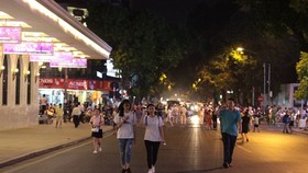 Người dân đi dạo trên phố đi bộ ở Hà Nội. (Nguồn: Vietnam+)