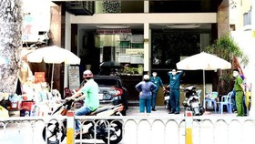 Lực lượng chức năng phong tỏa khu khách sạn đối diện Bệnh viện Chợ Rẫy ngày 29-7 - Ảnh: TỰ TRUNG