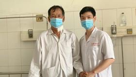 Bệnh nhân (bìa trái) đã bình phục sau khi phẫu thuật thành công