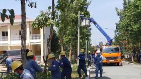 Công ty Điện lực Củ Chi lắp đặt công trình cấp điện cho Bệnh viện dã chiến số 1 tại Củ Chi.
