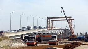 Thi công mở rộng cầu Cao Bồ trên tuyến đường cao tốc Cao Bồ-Mai Sơn thuộc địa phận tỉnh Ninh Bình - phân đoạn quan trọng của tuyến cao tốc Bắc-Nam. (Ảnh: Huy Hùng/TTXVN)