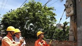 Kiểm tra quy trình ghi chỉ số công tơ tại Công ty Điện lực Mê Linh. (Ảnh: Ngọc Hà/TTXVN)