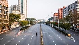 Một người dân đi qua Đại lộ Grand, Los Angeles (Mỹ), vốn thường ngày tấp nập xe cộ và người qua lại.