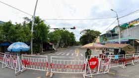 Đường vào thôn Lệ Sơn Nam bị phong tỏa sau khi phát hiện có người nhiễm COVID-19. (Ảnh: Trần Lê Lâm/TTXVN)