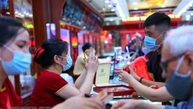 Giao dịch vàng tại Công ty Vàng bạc Đá quý Bảo Tín-Minh Châu. (Ảnh: Ảnh: Danh Lam/TTXVN)