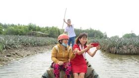 Du khách thích thú với mô hình homestay và farmstay. (Ảnh: Ánh Tuyết/TTXVN)