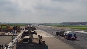 Dự kiến đường băng tại sân bay Nội Bài sẽ hoàn thành trong 18 tháng, rút ngắn 8 tháng so với kế hoạch. Ảnh: VGP/Đình Quang