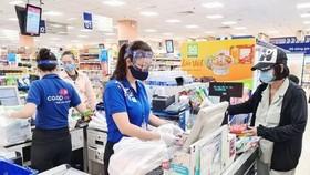 Các điểm bán thuộc Saigon Co.op đảm bảo quy định phòng, chống dịch bệnh COVID-19. (Ảnh: TTXVN phát)
