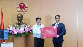 Quyền Bộ trưởng Bộ Y tế Nguyễn Thanh Long tiếp nhận phần mềm DrAid™.