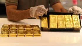 Vàng miếng được bán tại Sàn giao dịch vàng ở Dubai, UAE. (Ảnh: AFP/TTXVN)