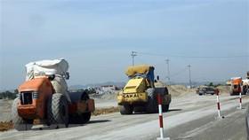Thi công nền đường trên tuyến cao tốc Cao Bồ-Mai Sơn, đoạn tuyến đầu tiên trong tổng số 11 dự án thành phần xây dựng đường bộ cao tốc Bắc-Nam phía Đông giai đoạn 2017-2020. (Ảnh: Huy Hùng/TTXVN)