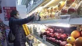 Khách lựa chọn hàng hóa tại siêu thị. (Ảnh: Trần Việt/TTXVN)