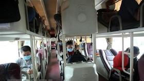 Hành khách trên xe rời Đà Nẵng được bố trí giãn cách để phòng chống dịch COVID-19. (Ảnh: Trần Lê Lâm/TTXVN)