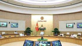 Thủ tướng Nguyễn Xuân Phúc chủ trì phiên họp trực tuyến giữa Thường trực Chính phủ, Ban Chỉ đạo Quốc gia phòng, chống dịch COVID-19 với một số bộ, ngành và địa phương. (Ảnh: Thống Nhất/TTXVN)