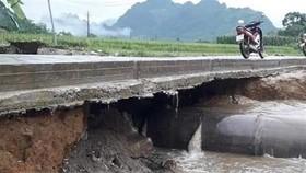 Nhiều tuyến đường Yên Bái bị sạt do ảnh hưởng của mưa lớn. (Ảnh: TTXVN phát)