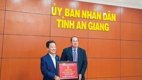 Ông Nguyễn Thanh Bình, Chủ tịch UBND tỉnh An Giang, trao quyết định chủ trương đầu tư cho ông Đỗ Quang Hiển, Chủ tịch HĐQT kiêm Tổng giám đốc T&T Group.