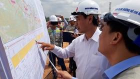 Thứ trưởng Bộ GTVT Lê Đình Thọ kiểm tra hiện trường dự án cao tốc Cam Lộ - La Sơn, một trong những đoạn tuyến đầu tiên được khởi công của cao tốc Bắc-Nam phía Đông. Ảnh: Báo Giao thông