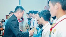 Đại diện Tập đoàn Novaland trao học bổng cho các em sinh viên trường Đại học Phan Thiết