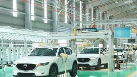 Dây chuyền lắp ráp ôtô du lịch tại nhà máy của Công ty Cổ phần Ôtô Trường Hải (Thaco) trong Khu kinh tế mở Chu Lai, huyện Núi Thành, tỉnh Quảng Nam. (Ảnh: TTXVN)