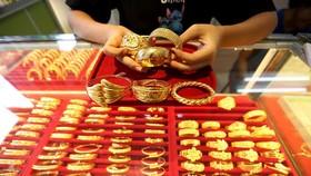 Vàng trang sức được bày bán tại một tiệm kim hoàn. (Ảnh: THX/TTXVN)