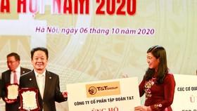 Chủ tịch HĐQT kiêm TGĐ Tập đoàn T&T Group - Ông Đỗ Quang Hiển (bên trái) trao ủng hộ Quỹ Vì người nghèo của thành phố Hà Nội